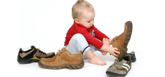 Как научить ребенка правильно надевать обувь
